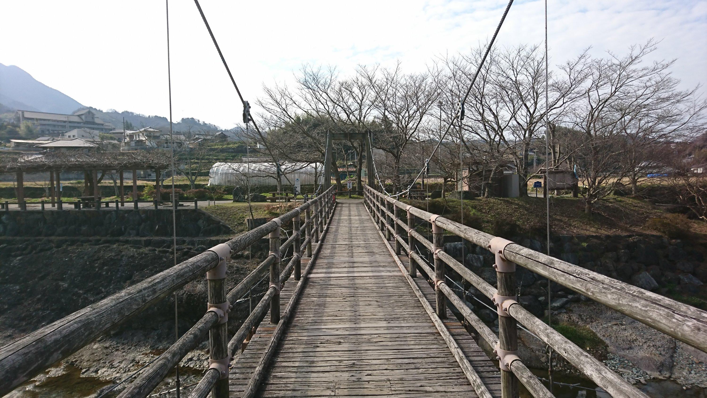 吊り橋を渡っている目線での写真。橋の下が見えず高所恐怖症でも怖くはない。