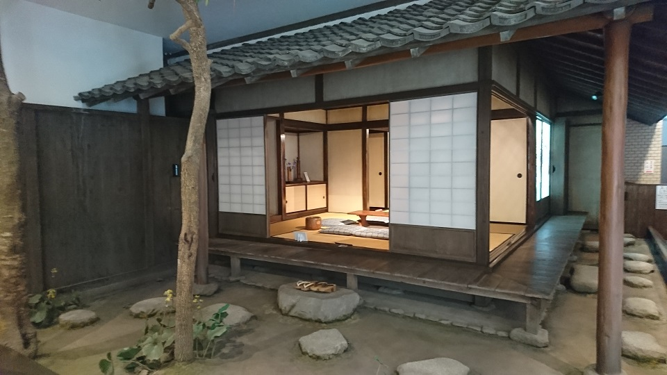 館内に再現された愚陀仏庵。