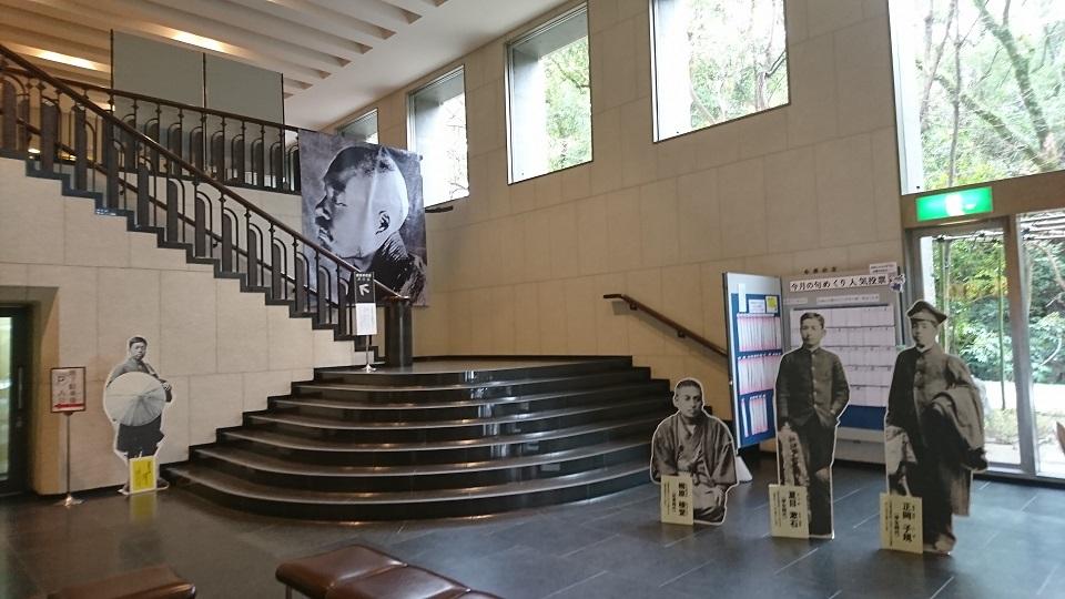 1階のエントランスには晩年の正岡子規の肖像が飾られている。