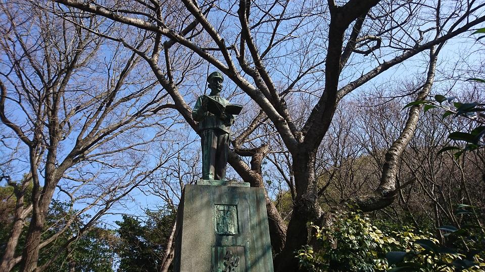 弟である秋山真之の銅像。