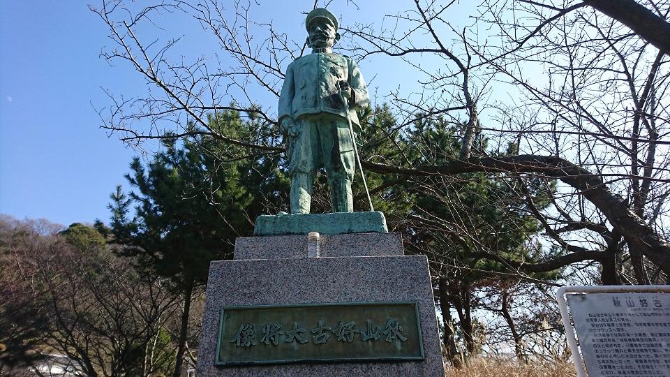 秋山好古の銅像。厳しそうな表情。