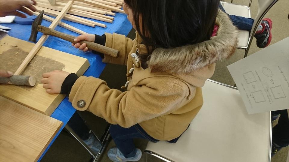 木工で「肩たたき」を作っている我が娘。