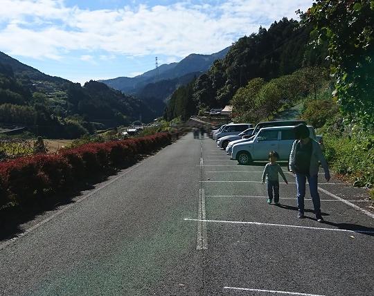見渡す限り山、山、山の中を妻と息子が歩いている。