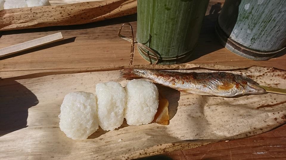 竹の皮を皿の代わりにしてアメノウオをいただく。