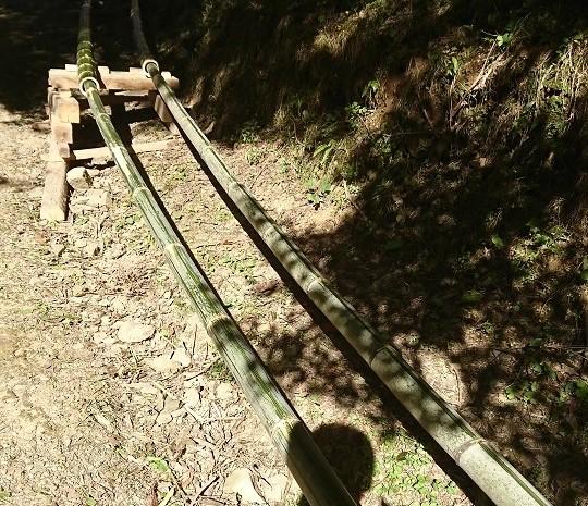 竹をつなぎ合わせた滑り台。竹滑り。