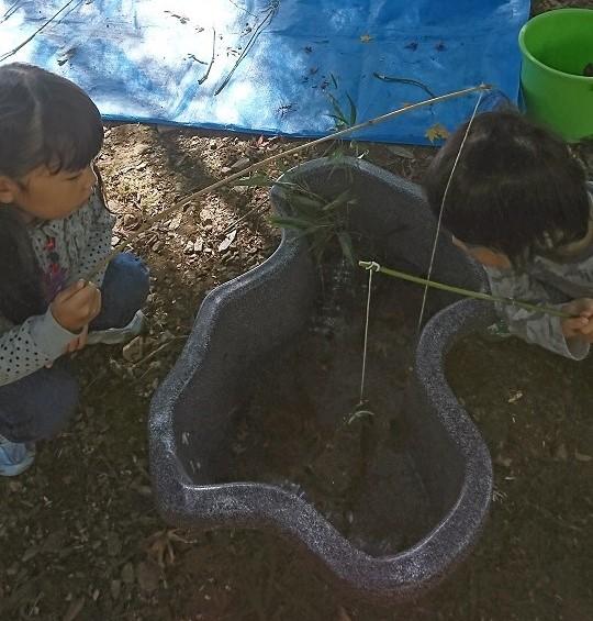 澤カニ釣りをしている娘と息子。緑のバケツにはカメがいる。