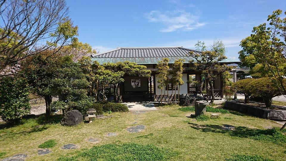 東屋に庭石が並ぶ、まさに日本庭園。