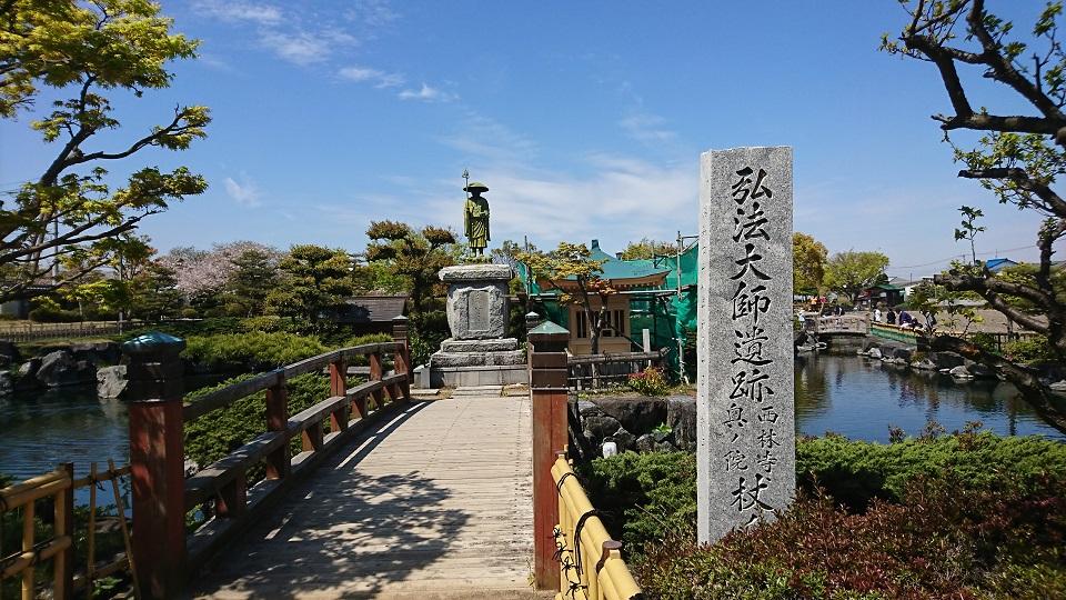 この池の湧き水を生み出したと言われる弘法大師の銅像。