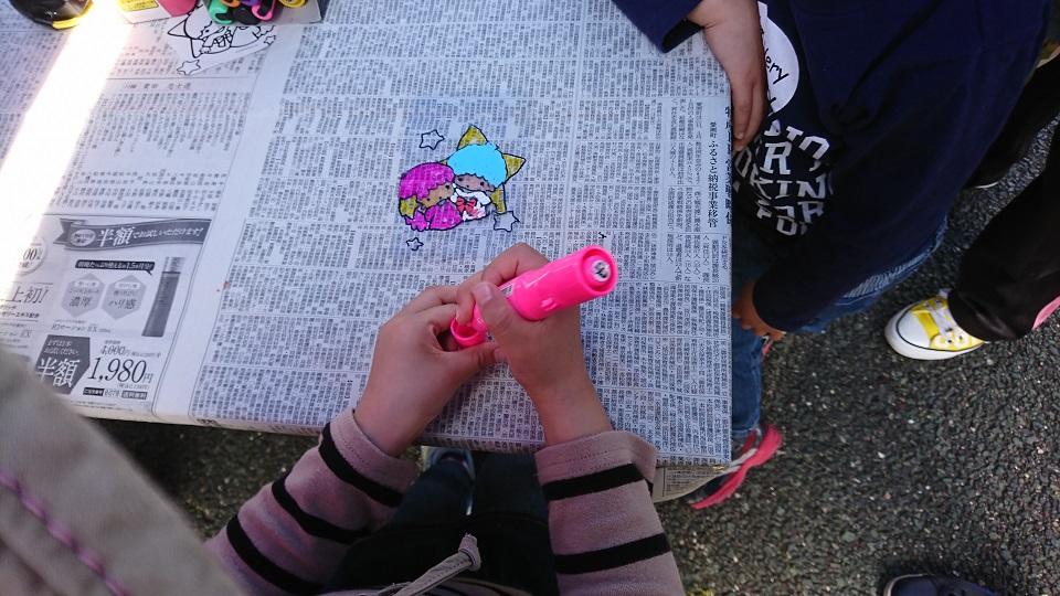 おでかけ児童館でプラ板工作をする娘と息子。