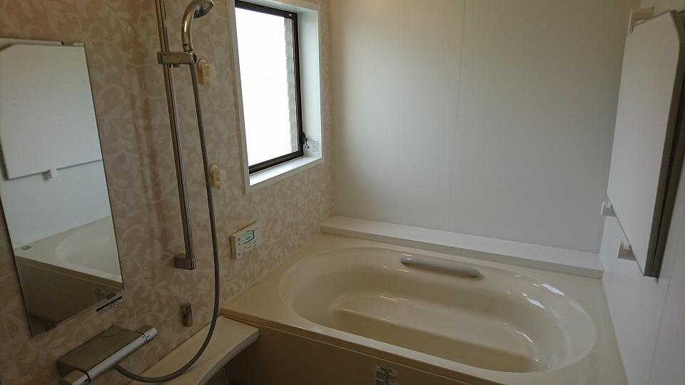黒カビの生えた浴室。