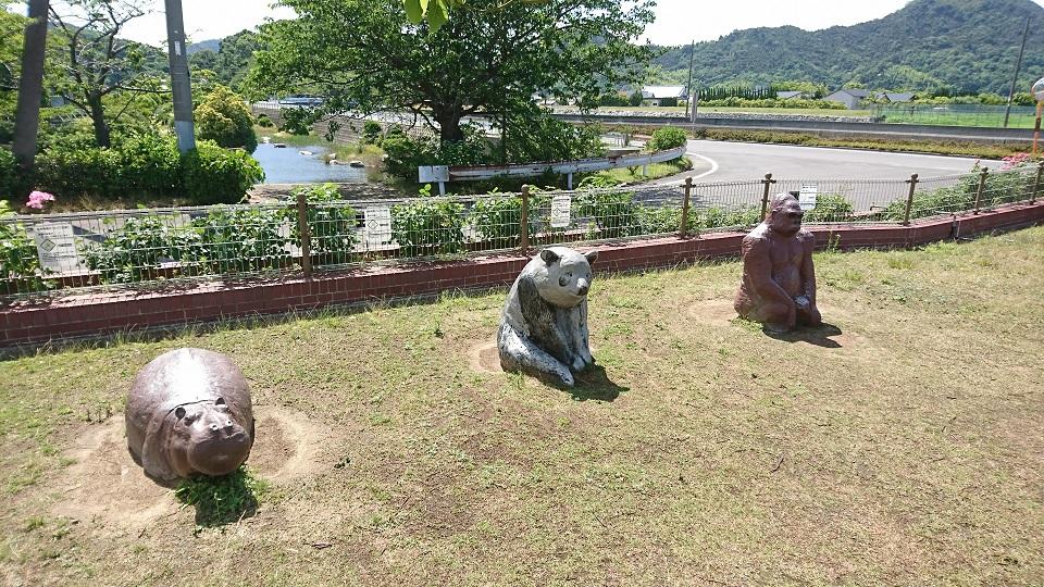 動物たちの像。カバには露骨に座られた形跡がある。